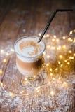 Utsmyckat lattekaffe i den glass kruset arkivfoto