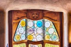 Utsmyckat målat glassfönster i casaen Batllo, Barcelona, Catalonia royaltyfri foto