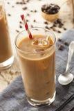 Utsmyckat med is kaffe med kräm royaltyfri bild
