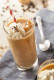 Utsmyckat med is kaffe med kräm arkivfoto