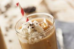 Utsmyckat med is kaffe med kräm arkivfoton