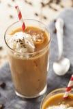 Utsmyckat med is kaffe med kräm arkivbilder