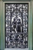 Utsmyckat metallarbete på en gammal dörr i Stockholm Sverige arkivbilder