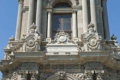Utsmyckat ottomanklockatorn i istanbul fotografering för bildbyråer
