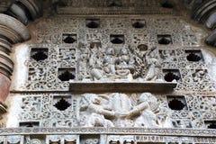 Utsmyckat perforerat fönster En skulptur av Lord Vishnu med hans gemål, Lakshmi Chennakeshava tempel, Belur, Karnataka royaltyfri foto