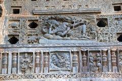 Utsmyckat perforerat fönster En skulptur av Sheshashayee Vishnu med hans gemål, Lakshmi Chennakeshava tempel, Belur, Karnataka arkivfoton