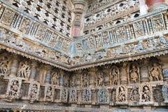 Utsmyckat perforerat fönster och dekorativa friars med gudar, dansare och andra diagram, Chennakeshava tempel Belur Karnataka fotografering för bildbyråer