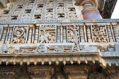 Utsmyckat perforerat fönster och dekorativa friars med platser från längst ner Mahabharata, Chennakeshava tempel Belur Karnataka royaltyfri fotografi