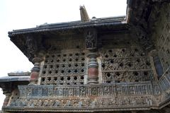 Utsmyckat perforerat fönster och Madanikas, Salabhanjika som betyder himmelska unga ogifta kvinnor, överst av pelarna Chennakesha arkivfoto