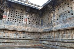 Utsmyckat perforerat fönster och Madanikas, Salabhanjika som betyder himmelska unga ogifta kvinnor, överst av pelarna Chennakesha royaltyfri bild