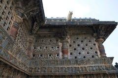 Utsmyckat perforerat fönster och Madanikas, Salabhanjika som betyder himmelska unga ogifta kvinnor, överst av pelarna Chennakesha royaltyfria foton