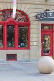 Utsmyckat rött fönster och dörr royaltyfria bilder