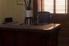 Utsmyckat skrivbord och stol Fotografering för Bildbyråer