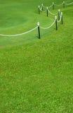 Utsmyckat staket på en gräsmatta arkivbild