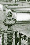 Utsmyckat staket Post i gammal kyrkogård fotografering för bildbyråer