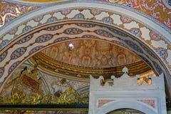 Utsmyckat tak i den Topkapi slotten och museet i Istanbul royaltyfri bild