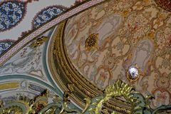 Utsmyckat tak i den Topkapi slotten och museet i Istanbul arkivfoto