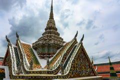 Utsmyckat tak och tornspira på den historiska storslagna slotten i Bangkok, Thailand arkivbilder