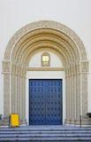 utsmyckat tecken för blank kyrklig dörr royaltyfri foto