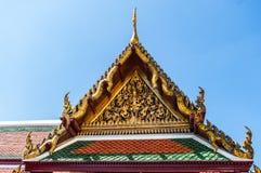 Utsmyckat tempeltak mot ett mörker - blå himmel på den storslagna slotten, Thailand arkivbild