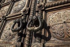 utsmyckat trä för dörrar arkivbild