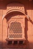 Utsmyckat välvt fönster för röd sandsten i Bikaner arkivfoto