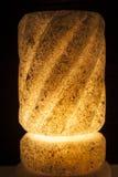 Utsmyckat vagga den salta lampan på svart bakgrund royaltyfria bilder