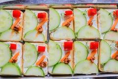 Utsmyckat vegetariskt canapessnitt i geometriska former Royaltyfri Foto