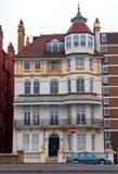 Utsmyckat viktorianskt hus på konungar väg, Brighton och Hove, Sussex, England royaltyfri foto