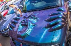 Utställning av bilar i sommaren i Komsomolsk-On-Amur retro bilar och stämda bilar royaltyfri bild