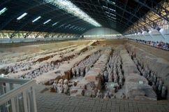 Utställning av den berömda kinesiska terrakottaarmén i Xian China Arkivfoto