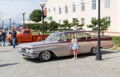 Utställning av gamla amerikanska klassiska bilar i Vladivostok. Royaltyfri Bild