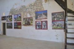 Utställning av historiska foto i den gamla slotten fotografering för bildbyråer