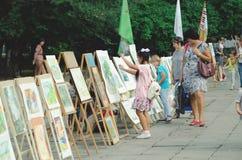 Utställning av målningar på fyrkanten på festivaldagen av staden arkivbild