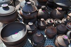Utställning av till salu lerakrukor royaltyfri bild