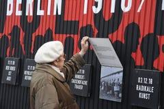 UTSTÄLLNING BERLIN 100 ÅR PÅ EXALNDERPLATZ BERLING arkivbild