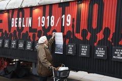 UTSTÄLLNING BERLIN 100 ÅR PÅ EXALNDERPLATZ BERLING arkivfoto