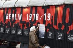 UTSTÄLLNING BERLIN 100 ÅR PÅ EXALNDERPLATZ BERLING fotografering för bildbyråer