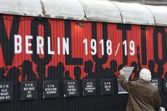 UTSTÄLLNING BERLIN 100 ÅR PÅ EXALNDERPLATZ BERLING royaltyfria bilder