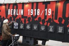 UTSTÄLLNING BERLIN 100 ÅR PÅ EXALNDERPLATZ BERLING arkivfoton