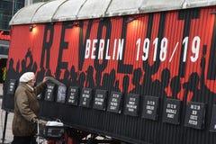 UTSTÄLLNING BERLIN 100 ÅR PÅ EXALNDERPLATZ BERLING arkivbilder
