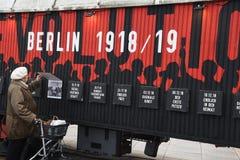 UTSTÄLLNING BERLIN 100 ÅR PÅ EXALNDERPLATZ BERLING royaltyfri fotografi