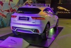 Utställning med Jaguar E-PACE P300 den lyxiga bilen i Kiev, Ukraina Fotografering för Bildbyråer