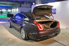 Utställning med Jaguar XJ i Kiev, Ukraina Arkivbild