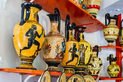 Utställning och försäljning av keramiska produkter vid moderna förlage av Grekland Rhodes Grekland royaltyfri fotografi