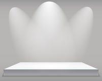 Utställningbegrepp, vit tom hyllaställning med belysning på Gray Background Mall för ditt innehåll 3d Vecto Arkivfoton