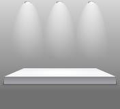 Utställningbegrepp, vit tom hyllaställning med belysning på Gray Background Mall för ditt innehåll 3d Vecto Arkivbild