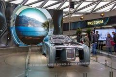Utställningen på BMW museet framlägger den djärva begreppsbilen av framtid - lyxig 103EX-Rolls-Royce VISION DÄREFTER 100, Munich, Arkivfoto