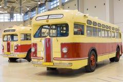 Utställningsföremål av den gamla bilen ZIS på utställning Arkivfoton