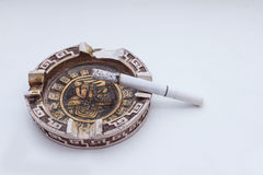 Utstående cigarett i ett askfat Royaltyfri Bild